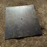 倉庫内の穴を塞ぐ鉄製の蓋