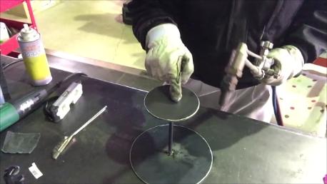 溶接の歪み取りは基本的に、溶接した真裏を炙ります。指でさしている箇所が溶接した真裏になります。