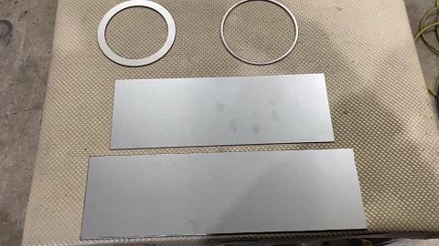 レーザ加工機で切り抜いた状態の部品