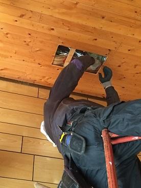 大工さんによる天井と屋根の開口工事の様子